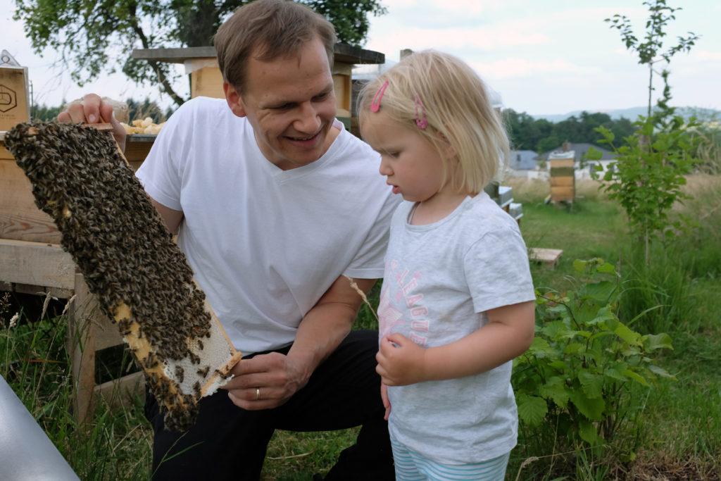 Imker und Tochter mit Honigwabe